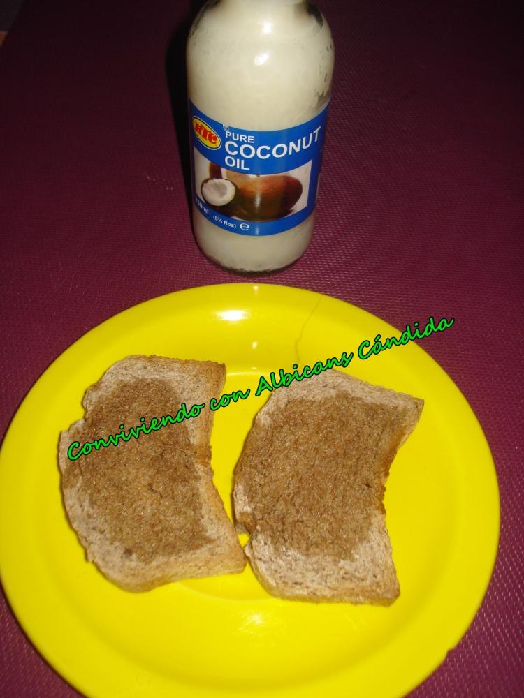 Tostadas de pan de espelta con aceite de coco... (1/4)